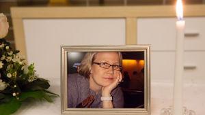Timon vaimon Marin kuva ja kynttilä