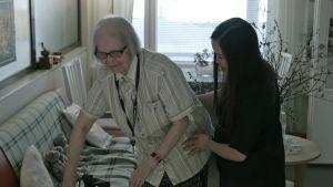 Charisse Ortiz på vårdhemmet i Fredrikshamn med patient.