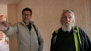 Kaksi miestä juttelevat rakennustyömaalla