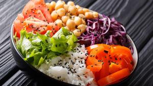 Tallrik med grönsaker och ris.