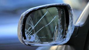 En tradig sidospegel på en bil.