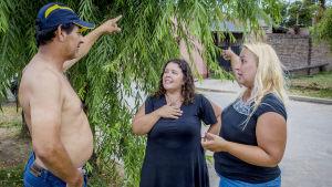 Jose Estrella, Amanda Hietala och Laura Hietala diskuterar.