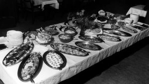 Ravintola Kluuvin arkinen voileipäpöytä. 1960