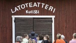Katsojat jonottavat Kulissin Latoteatterin ovella sisäänpääsyä.