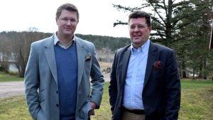 Mikael Jensen och Stefan Björkman i kostym framför Söderlångvik gårds äppelodlingar.