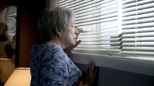 Richard Jewell joutui pakoilemaan vihaista väkijoukkoa ja mediaa äitinsä (Kathy Bates) kanssa kotona.