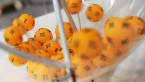 Uusia lottopalloja arvontakoneessa Ylen studiolla Helsingissä 21. tammikuuta 2011.