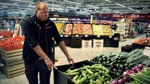 Tobias Eriksson står vid grönsaksavdelningen i Kimitobutiken.