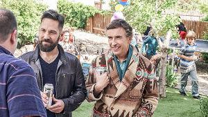 Paul Ruddin ja Steve Cooganin hahmot seisovat vierekkäin ja keskustelevat kolmannen miehen kanssa puutarhassa lastenjuhlissa.
