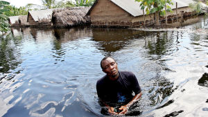 En bybo vandrar genom sin översvämmade hemort i Somalia efter att kraftiga översvämningar drabbade södra Somalien i december 2006.