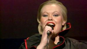 Anneli Saaristo esittää kappaleen Sä liian paljon vaadit Suomen euroviisukarsinnassa 1984.