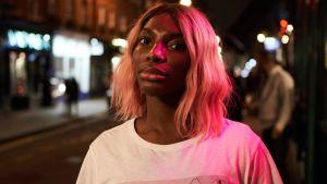 Huvudrollskaraktären Arabella står blickar ut över en mörk gata.