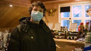 Sabina Ekholm, men munskydd i sin butik.