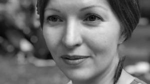 Kuvassa Suomen Jazzliiton tuottaja-tiedottaja Raisa Siivola, joka sai Yleisradion Jazzradion myöntämän Varjo-Yrjö 2018 -tunnustuksen.