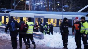 Många människor försöker lämna området efter kaos på Holmenkollen i Norge.