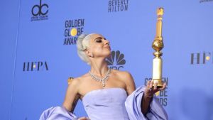 Lady Gaga på galan Golden Globes där hon vunnit bästa låtpris.