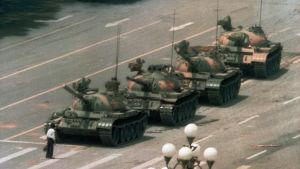 En man står framför pansarvagnar på Himmelska fridens torg 1989.