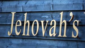 """Ordet """"Jehovah's"""" utanför en av Jehovas vittnens rikets salar."""