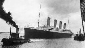 Titanic ångar iväg på sin ödesdigra jungfruresa.