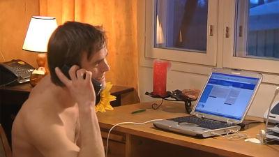 Toimittaja Juho Lehto tietokoneen ääressä ohjelmassa Pallo hallussa