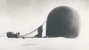 Vätgasballongen Örnen har kraschat på isen utanför Svalbard.