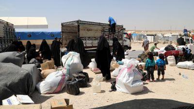 Mammor och barn som lämnar al-Hol lägret i Syrien