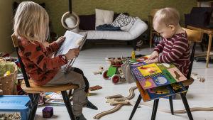 Två barn med böcker.