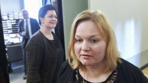 Krista Kiuru (SDP) under paus i utskottsmöte. Hannakaisa Heikkinen i bakgrunden.