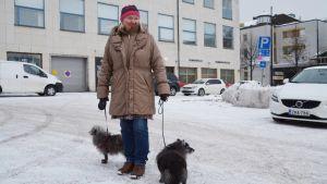 Elsa Palacin med hundarna Didi och Renée