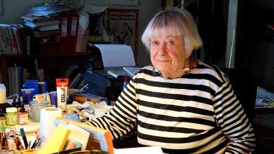 Maikki Harjanne vid sitt arbetsbord.