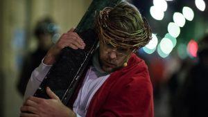 Operasångaren Waltteri Torikka bär korset i rollen som Jesus i passionsspelet Via Crucis.