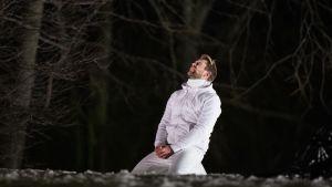 Waltteri Torikka i rollen som Jesus står på knä på marken.