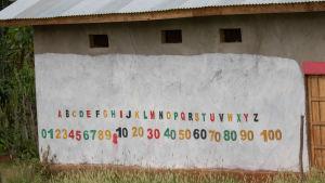 Etiopialaisen koulun seinään on maalattu aakkoset ja numerot