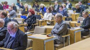 Jörn Donner Helsingin kaupunginvaltuuston kokouksessa sekä muita valtuutettuja