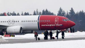 Ombordvarande lämnar det Norwegian-plan som bombhotades när det var på väg från Stockholm till Nice den 7 februari 2019.