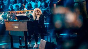 Anna-Mari Kähärä pianon ääressä SuomiLOVEssa.