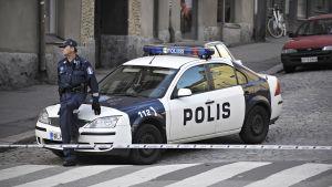 Polis och polisbil.