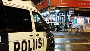En polisbil på väg mot karaokebaren Jolene i Björneborg.