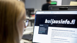 Nainen katsoo huijausinfo.fi-sivustoa