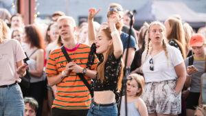 Nuoret aikuiset juhlivat Tallinnan Telliskiven alueella vuoden 2019 kesällä.