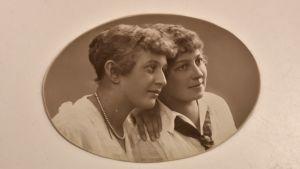Ett gammalt fotografi av två unga kvinnor.
