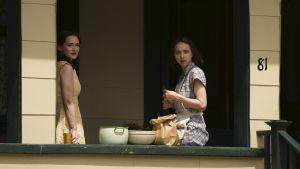 Systrarna Bess och Evelyn i tv-serien The Plot Against America.