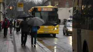 Bussar och människor i Åbo centrum.