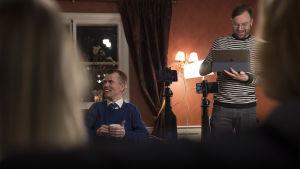 Tomi Eronen (Sininen tulevaisuus) nauttii kahvia ennen kuvauksien alkua.
