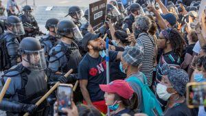 Mellakkapoliisi ottaa kadulla yhteen mielenosoittajien kanssa Atlantassa.