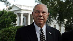 Colin Powell seisoo puutarhassa Valkoisen talon edustalla.