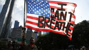 """En amerikan flagga tejpad med texten """"Jag kan inte andas""""."""