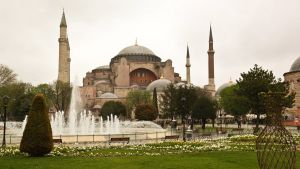 Hagia Sofia i Istanbul. En moské som länge varit museum. I Bilden syns förutom byggnaden också en fontän och träd.