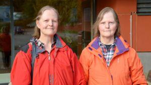 Eija Berg och Eila Valve utanför Borgå simhall