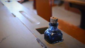 Ett bläckhorn på en gammaldags pulpet.